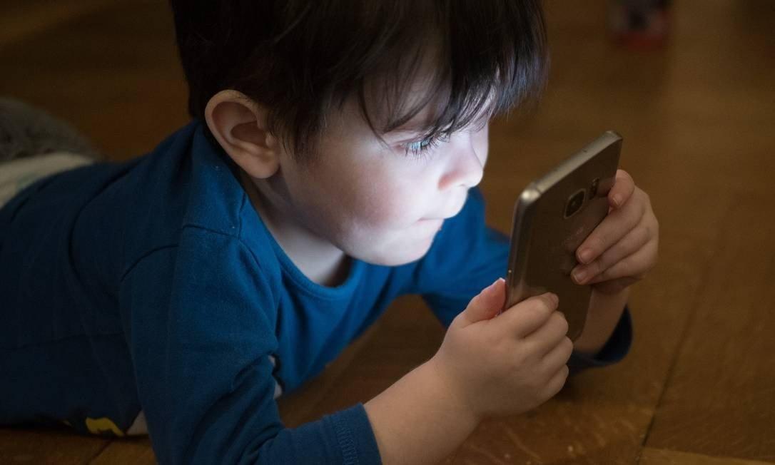 Sociedade Brasileira de Pediatria lança manual com orientações sobre uso de telas e internet