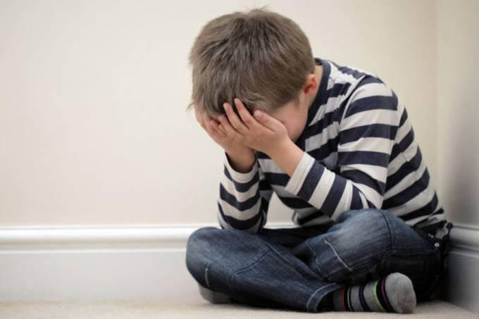 Estresse na infância acelera envelhecimento, segundo estudo