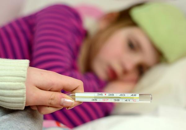 """Pediatras alertam pais que tentam """"curar"""" febre baixa com paracetamol"""