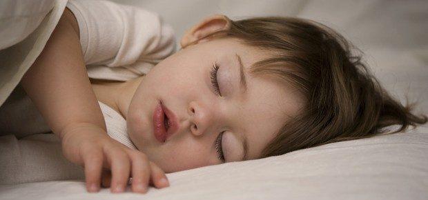 Por que meu filho não dorme a noite inteira?